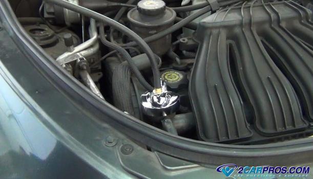 attatch pressure tester to radiator Cómo probar la presión de un sistema de enfriamiento de motor automotriz