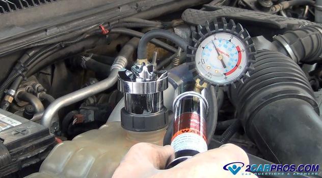 how to pressure test an engine radiator cooling system Cómo probar la presión de un sistema de enfriamiento de motor automotriz