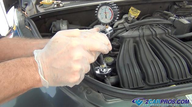 pump the pressure tester Cómo probar la presión de un sistema de enfriamiento de motor automotriz