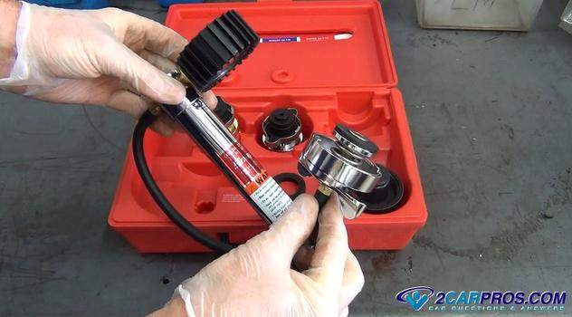 remove the pressure tester from the case Cómo probar la presión de un sistema de enfriamiento de motor automotriz