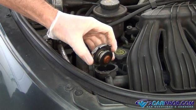 remove the radiator cap Cómo probar la presión de un sistema de enfriamiento de motor automotriz