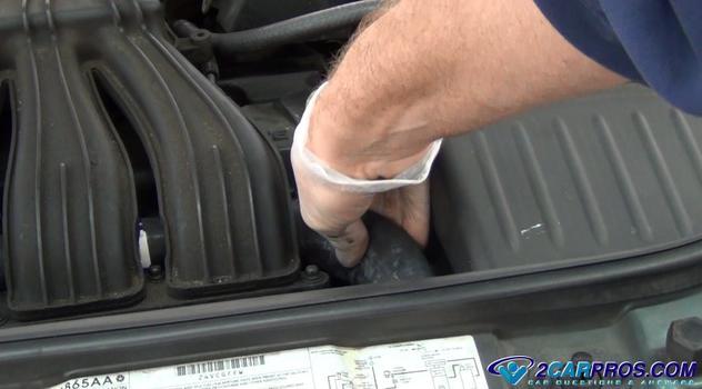 squeeze upper radiator hose Cómo probar la presión de un sistema de enfriamiento de motor automotriz